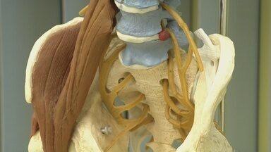 """Sua Saúde em Dia: problemas sérios na coluna podem ser evitados - Quem tem ou teve problemas de coluna sabe como é difícil lidar com a dor e o incômodo causado por ela. Mas quais são as causas desses problemas? É possível evitá-los? Essas dores nas costas são perigosas ou não? E em que situação a cirurgia na coluna é realmente necessária? É o tema no quadro """"Sua Saúde em Dia""""."""