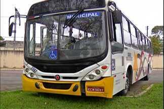 Carro e ônibus batem no Mogilar, em Mogi, na manhã desta segunda-feira (24) - Segundo motorista do carro, o motorista do ônibus bateu propositalmente.