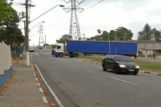 Pais ficam preocupados com trânsito de caminhões proximo à escola em Brás Cubas - A mudança ocorreu depois que o trânsito no distrito foi alterado.