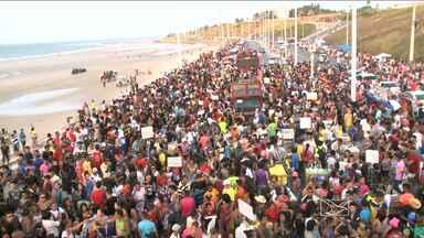 Parada do Orgulho LGBT atrai multidão à Avenida Litorânea - Parada do Orgulho LGBT atrai multidão à Avenida Litorânea