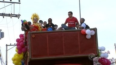 Parada LGBT reúne centenas de pessoas neste domingo em Sorocaba - Centenas de pessoas se reuniram para participar da 10ª Parada LGBT, neste domingo (23), em Sorocaba (SP). A concentração começou por volta de 12h, na Praça Frei Baraúna, no centro e saiu durante a tarde para a Praça Carlos Alberto de Souza, no Campolim, zona sul da cidade. A organização foi feita pela Associação da Parada do Orgulho GLBT de Sorocaba (APOGLBT).