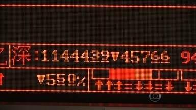 Efeito China: bolsas de valores começam a semana com quedas e pessimismo - O mercado da Ásia acordou com os olhos atentos à China. A bolsa de Xangai despencou - muitos papéis foram batendo na casa dos 10% de perda e os negócios iam sendo suspensos automaticamente.