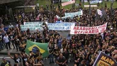 Manifestantes fazem protesto contra demora nas obras no Complexo Petroquímico do Rio - Manifestantes vestidos de preto pediam que a Petrobras termine pelo menos uma das duas refinarias previstas pro Comperj.