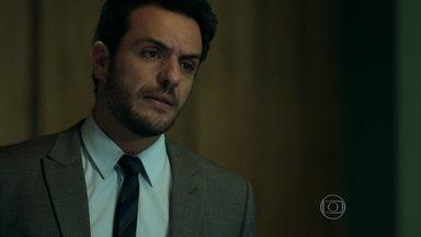 Alex surta ao saber que Angel vai casar com Guilherme - Empresário briga com o sobrinho e repreende Carolina por permitir o casamento da filha