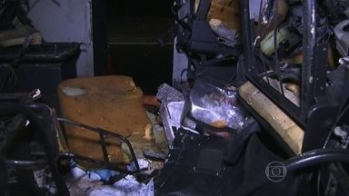 Criminosos atacam carro de transporte de valores na Rodovia Fernão Dias - O veículo ficou cheio de marcas de tiros. Segundo a Polícia Rodoviária Federal, os assaltantes explodiram o interior do carro e fugiram com o dinheiro. Ninguém se feriu.