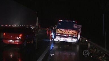 Bandidos explodem carro-forte na rodovia Fernão Dias, em São Paulo - Os criminosos cercaram o carro-forte no começo da noite de segunda-feira (24). O motorista e seguranças correram para o matagal. Os bandidos explodiram a porta do veículo e conseguiram fugir com o dinheiro.