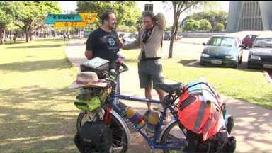 Advogado espanhol viaja pelo mundo de bicicleta há mais de dez anos - Advogado começou a viagem pela África, passou pela Ásia - onde acompanhou a reconstrução do Japão após o tsunami que atingiu o país -, Oceania e agora está conhecendo a América do Sul.