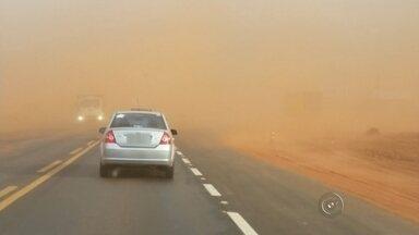 Ventos de mais de 50 km/h causam 'tempestade de areia' em Rio Preto - Uma tempestade de areia atingiu várias cidades do noroeste paulista, como Birigui, Araçatuba e São José do Rio Preto, nesta tarde de segunda-feira (24). Em Rio Preto, os ventos chegaram a 54 quilômetros por hora e o aeroporto da cidade passou a operar somente por instrumentos, já que a visibilidade dos pilotos foi a zero.