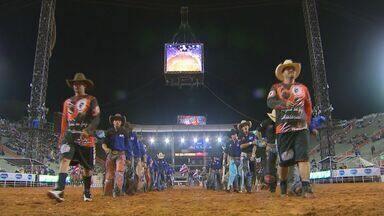 Peões participam da primeira noite de montarias do rodeio nacional em Barretos, SP - Peão de Piquete, cidade que fica no Vale do Paraíba, levou a melhor entre os competidores.