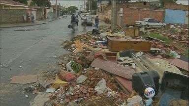 Moradores reclamam de entulho em terreno de Hortolândia, SP - O problema acontece no Jardim Amanda II em uma área onde foram demolidas casas pela Prefeitura.