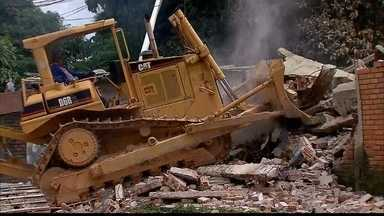 Começa demolição de depósito de móveis atingido por incêndio no Recife - Moradores das casas vizinhas foram autorizados pela Defesa Civil a retirar móveis e objetos.