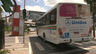 Usuários de ônibus reclamam da 'queima de paradas' - Passageiros dizem que esperam nos pontos de ônibus, mas motoristas não param