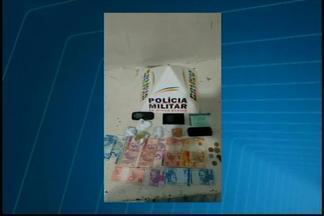 Três pessoas são detidas suspeitas de tráfico de drogas em Luz - Suspeitos foram encontrados com maconha, crack e dinheiro. Envolvidos foram detidos e encaminhados para a delegacia de Luz.