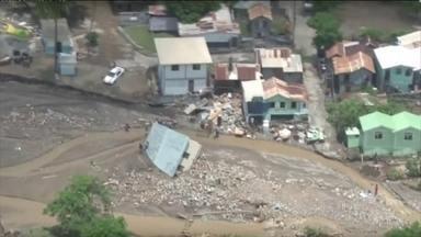 Tempestade tropical Erika deixa 20 mortos na ilha de Dominica, no Caribe - A forte chuva e ventos de até 90 km/h provocaram deslizamentos de terra, derrubaram pontes, estradas e destruíram centenas de casas na ilha do Caribe. A tempestade agora segue em direção a Flórida, nos EUA.