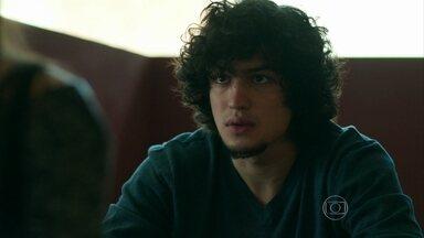 Guilherme pede para falar com Angel - Modelo é surpreendida pelo ex-namorado quando chega ao colégio