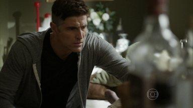 Anthony encontra Fábia caída em casa - Ex-modelo se assusta ao se deparar com a mãe desacordada