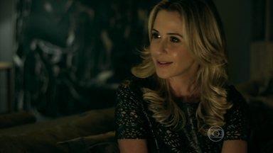 Pia segue sugestão de Giovanna e se aproxima de Carolina - A modelo pretende acabar com o casamento do pai