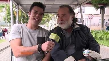 Joaquim Lopes passeia de carrinho com Tony Ramos pelo Projac - Ator comenta sobre os rumos da novela A Regra do Jogo