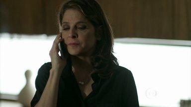 Com a ajuda de Alex, Carolina consegue um advogado para Everaldo - Ela liga para o marido que não hesita em ajudar