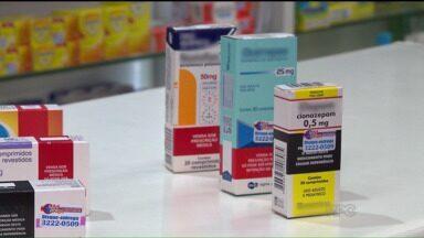 Paraná TV explica diferença entre os tipos de remédios vendidos nas farmácias - Muitas vezes os conceitos de genéricos, remédios de referência e entre outros são confundidos pelos clientes de farmácias.
