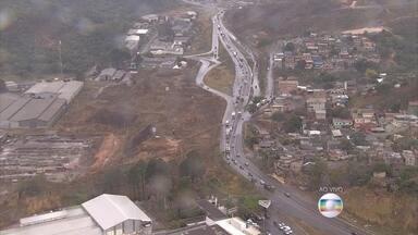 Fim do feriado prolongado lota rodoviária de BH e deixa rodovias congestionadas - Retenção na BR-381 chegava a 11 quilômetros no fim da manhã desta terça-feira (8).