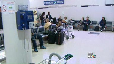 Aeroporto de Londrina tem manhã complicada por causa da chuva - Doze voos sofreram atrasos ou foram cancelados. Muitos passageiros seguiram de ônibus.