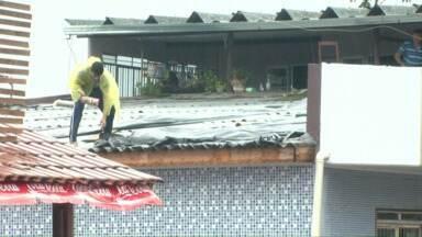 Os moradores tiveram telhados destruídos. Casas ficaram alagadas - Pessoas tiveram de se abrigar em casa de parentes e tentar cobrir com lona as casas atingidas.