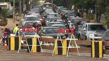 Motoristas reclamam de desvio no Setor Celina Park, em Goiânia - Interdição da Avenida Milão para realização de obras na pista causou transtornos no trânsito da região.