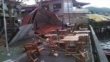 Ventania levanta barracas e derruba mesas e cadeiras na Ilha das Caieiras, em Vitória - A ventania forte deixou muita gente assustada e provocou estragos também.