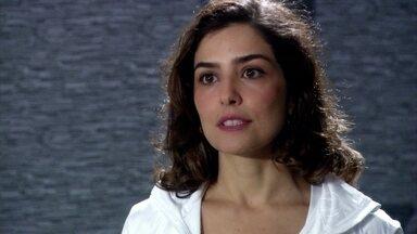 Yvone finge briga com Raul para Silvia não pegá-los no flagra - Raul fica sem reação diante da atuação da amante