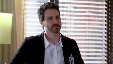 Murilo avisa Ramiro que Raj está vindo ao Brasil fechar contrato com a empresa - O empresário estranha a vinda do indiano e desconfia que o irmão tenha intervindo.