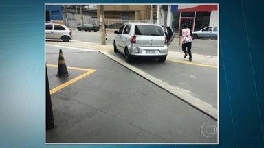 Polícia identifica um dos carros onde estavam torcedores que atacaram palmeirenses - A briga aconteceu na Avenida do Estado, antes do clássico entre Palmeiras e Corinthians. Uma testemunha, que tirou a foto do carro, disse que a confusão só terminou depois que a polícia jogou uma bomba de gás.