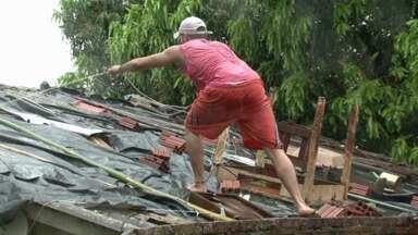 Chuva de granizo provoca estragos em várias cidades do noroeste - Depois da chuva de granizo que atingiu o Paraná na noite de segunda-feira (07), os moradores de várias cidades da região noroeste passaram o dia tentando arrumar os estragos.