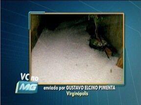 Telespectador registra o acúmulo de granizo que caiu com a chuva em Virginópolis - Chuva durou cerca de 15 minutos.