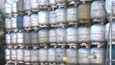 Fiscalização interdita revendas de gás em Londrina - Dois estabelecimentos foram fechados. Em outras quatro revendas foram encontradas irregularidades. A fiscalização foi feita em vinte locais.