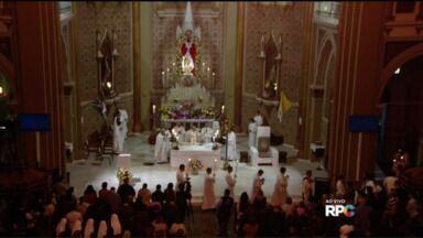 Fiéis acompanham missa em homenagem a Nossa Senhora da Luz dos Pinhais - Neste feriado, fiéis participam da missa acontece na igreja da Catedral, na Praça Tiradentes, em homenagem a Nossa Senhora da Luz dos Pinhais, a padroeira de Curitiba.
