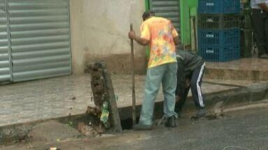 Após chuva forte, prefeitura de Cachoeiro faz ação especial para limpar bueiros, no ES - Chuva e ventos fortes atingiram o município nesta segunda-feira (7).