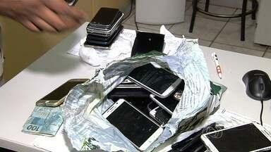 Polícia aguarda donos dos mais de 100 celulares apreendidos no Vila Mix, em Goiânia - Para buscar aparelho, é preciso levar a nota fiscal e comprovar a propriedade.