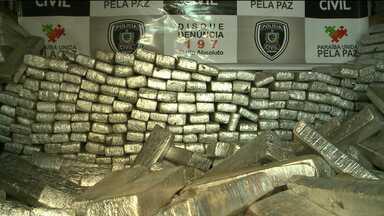 Caminhão carregado de maconha é apreendido no Alto Sertão da PB - Segundo a Polícia, foram apreendidos 750 tabletes de maconha. Essa foi a segunda maior apreensão de droga na Paraíba durante esse ano.