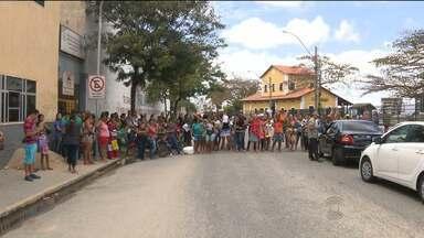 Pessoas fizeram protesto porque não receberam casas da Cehap em CG - Eles disseram que fizeram a inscrição para morar no Conjunto Acácio Figueiredo, no Bairro da Catingueira, mas não receberam nenhuma das casas que foram entregues na semana passada pela Presidente Dilma Rousseff.