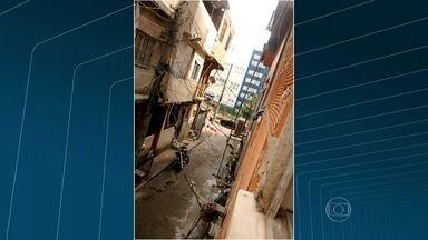 Homem é baleado em operação da PM na Maré, no Rio - Homens dos batalhões de Operações Especiais, de Choque e de Ações com Cães participam da incursão na Favela Nova Holanda. Uma arma foi apreendida na comunidade.