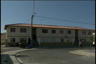 Moradores do Residência Monsenhor Bernardino tomam posse de imóveis que foram invadidos - Antes de sair, muitos invasores deixaram os apartamentos danificados.