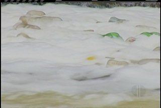 Moradores reclamam do acúmulo de lixo as margens do Rio Piabanha em Petrópolis, no RJ - Município não tem responsabilidade pelos entulhos.