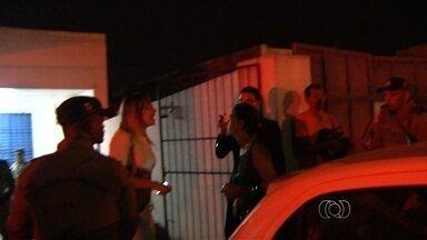 Prisão de suspeitos com caça-níqueis termina com confusão, em Goiânia - PM levou mais de 30 máquinas apreendidas e 11 detidos para delegacia. No local, advogada de um dos suspeitos quebrou câmera de reportagem.