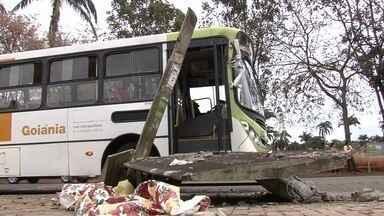 Atingido por veículo, ponto de ônibus desaba e mata homem em Goiânia - Motorista afirma que tentou frear, mas ônibus derrapou e atingiu o local. CMTC diz que aguarda conclusão do inquérito para tomar as providências.