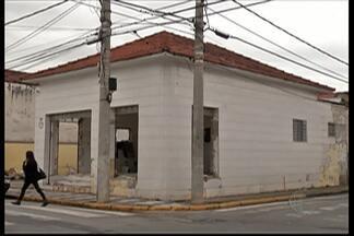 Começaram as demolições no centro de Mogi para as obras da passagem subterrânea - Os comerciantes já prevem problemas.