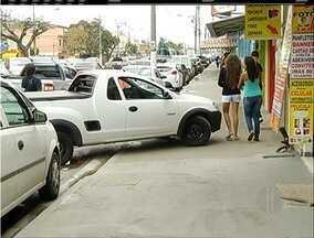 Carros estacionados na calçada atrapalham pedestres em Cabo Frio, no RJ - Código de Trânsito considera o ato uma infração grave, com pena de 5 pontos na carteira.