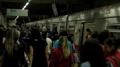 Pane em quatro trens do metrô causa transtornos a passageiros no DF - Quatro dos 24 trens deixaram de circular no início da manhã de quarta (9), em um horário de grande movimentação de passageiros. Passageiros contam que os trens demoraram mais a passar e paravam muito durante o trajeto.