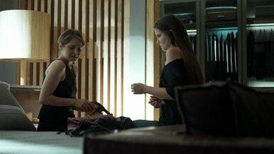 Angel flagra Carolina com arma - A jovem leva um susto ao ver a mãe manusear a arma que herdou do pai