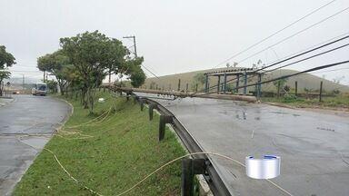 Bairros de São José ficaram sem energia após um acidente - Carro bateu e derrubou um poste.
